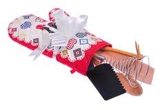 Küchenwerkzeugsatz: Ofenhandschuh, ein hölzerner Löffel, rosa Spoonbill, Lizenzfreies Stockfoto