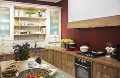 Küchenzeile im Innenraum stockfotografie