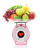 Kücheskala mit Obst und Gemüse Stockfotos