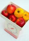 Kücheskalen, die Äpfel essend wiegen. lizenzfreie stockfotos