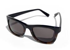 Kühle Achtzigerjahre reden Sonnenbrillen gegen einen weißen Hintergrund an Stockfotos