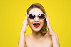 Kühle asiatische Frau des Hippies tragendes Eyewear-Glaslächeln glücklich Lizenzfreie Stockfotos