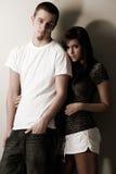 Kühle beiläufige junge Paare Stockfoto