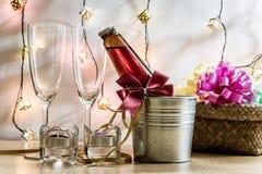 Kühle Champagne und Glas bereiten sich für Feier vor Kerze ist ligh Stockbild