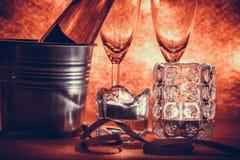 Kühle Champagne und Glas bereiten sich für Feier vor Kerze ist ligh Lizenzfreie Stockbilder