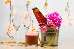 Kühle Champagne und Glas bereiten sich für Feier vor Rote Kerze herein Lizenzfreie Stockbilder