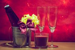 Kühle Champagne und Glas bereiten sich für Feier vor Rote Kerze herein Stockfoto
