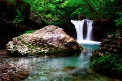 Kühle eines schönen Wasserbeckens geschaffen durch einen Wasserfall Lizenzfreie Stockfotos