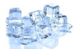 Kühle Eis-Würfel, die auf einer weißen reflektierenden Brandung schmelzen stockfoto
