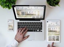 kühle entgegenkommende Innenarchitekturwebsite der Bürotischplatte lizenzfreie stockfotos