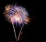 Kühle Feuerwerke über einer Stadt bis zum Nacht stockbild