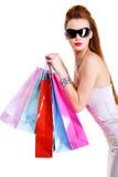 Kühle Frau mit Einkaufenbeuteln nach den Einkaufen Lizenzfreie Stockfotografie
