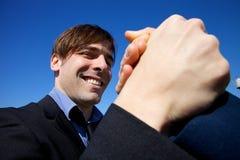 Kühle glückliche haltene Hand des Geschäftsmannes des Partners Stockbild