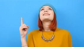 Kühle junge Frau im blauen Hut steigen ihr Finger oben und schauen dann oben stock footage
