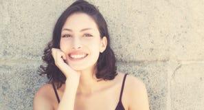 Kühle kaukasische Frau im Retro- Blick der Weinlese Lizenzfreie Stockbilder