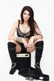 Kühle Modefrau in der städtischen Felsenkleidung stockfotografie