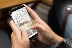 kühle moderne Innenarchitektur des Straßenmädchens online lizenzfreie stockfotos