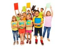 Kühle Studenten, die Lehrbuch in der Luft anheben Stockfotos