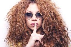 Kühle Swagfrau mit Sonnenbrille Stockfotografie