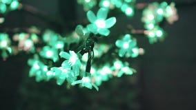 Kühle und schöne Installation in Form von den Blumen, die mit verschiedenen Farben vom Strom glühen Abschluss oben Spiel des Lich stock footage