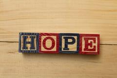 Kühlen hölzerne Würfelwörter der Hoffnung auf Holztisch ab stockbilder