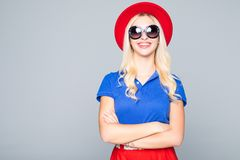 Kühlen Sie blonde Hippie-Studentenfrau tragende Eyeweargläser ab Kaukasischer weiblicher Hochschulstudent, der das Kameralächeln  Stockfotografie