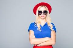 Kühlen Sie blonde Hippie-Studentenfrau tragende Eyeweargläser ab Kaukasischer weiblicher Hochschulstudent, der das Kameralächeln  Lizenzfreie Stockfotos