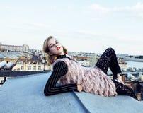 Kühlen Sie blondes Mädchen auf die Dachoberseite, Lebensstilleutekonzept, moderne wirkliche jugendlich Nahaufnahme ab Stockbilder