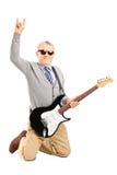 Kühlen Sie den älteren Mann mit einer E-Gitarre Zeichen helfend ab Stockbilder