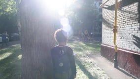 Kühlen Sie den Mischjungen ab, der außerhalb seines nach der Schule Hauses geht stock video footage