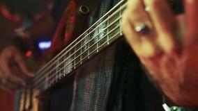 Kühlen Sie nah oben von den Händen des Bass-Gitarristspielens ab stock video footage