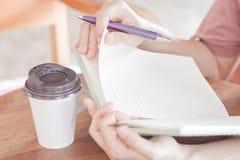 Kühlende Zeit für das Schreiben in Kaffeestube Lizenzfreie Stockfotos