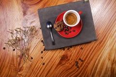 Kühlender Zeitkaffee lizenzfreie stockfotografie