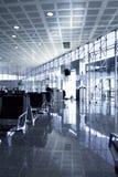 Kühler Aufenthaltsraum im Flughafen lizenzfreie stockbilder