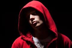 Kühler Bjunge in der roten Jacke Stockfotografie