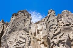 Kühler blauer Himmel und Felsen stockfoto