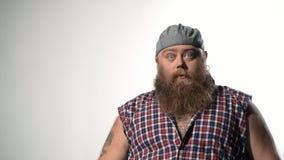 Kühler fetter männlicher Hippie mit Kappe stock video