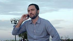 Kühler Geschäftsmann, der einen Aufruf nimmt stock video