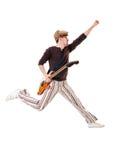 Kühler Gitarrist, der auf weißen Hintergrund springt Lizenzfreie Stockfotos
