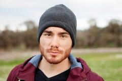Kühler hübscher Kerl mit Durchdringen lizenzfreies stockfoto
