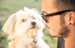 Kühler Hund, der mit seinem Eigentümer spielt Lizenzfreie Stockfotografie