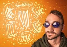 Kühler Jugendlicher mit Sommersonnenbrillen und Ferientypographie Stockbild