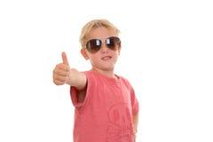 Kühler Junge mit dem Daumen oben Lizenzfreie Stockfotos