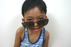 Kühler Junge mit großen Sonnenbrillen Stockfotografie