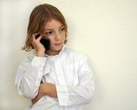 Kühler junger Junge, der am Telefon spricht lizenzfreies stockfoto