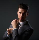 Kühler junger Kerl im modernen Anzug Lizenzfreies Stockfoto