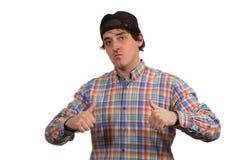 Kühler junger Kerl mit Kappe Stockfotografie