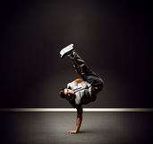 Kühler junger Tänzer, der auf dem Frost steht Stockfoto