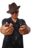 Kühler Kerl, der eine Zigarre anbietet stockbilder