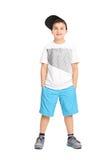 Kühler kleiner Junge in der modischen Kleidung lizenzfreie stockbilder